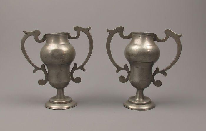 Online veilinghuis Catawiki: Paar antieke tinnen altaar vaasjes - vlaams 19de eeuw.