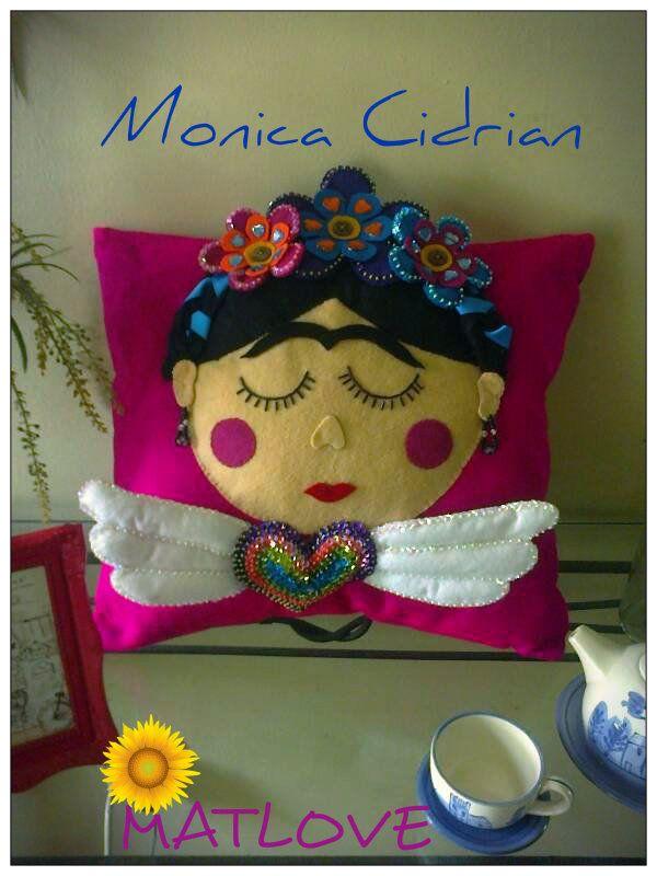 Cojin decorativo,hecho a mano y bordado con lentejuela Frida Kahlo,de Matlove.
