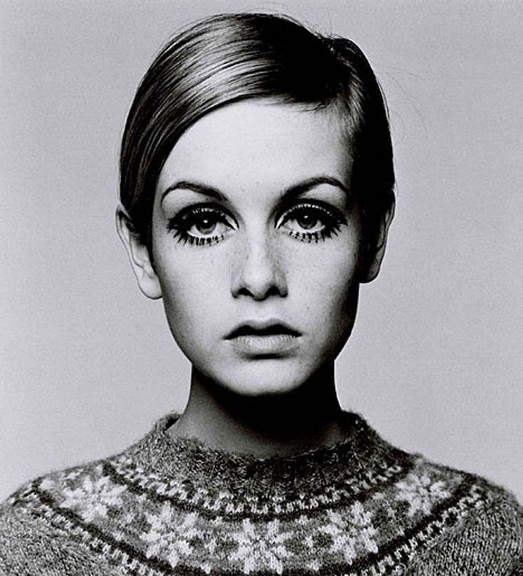 A modelo Twiggy no auge de sua carreira no mundo da moda. O cabelo curto e a aparência unissex dela era o seu diferencial.