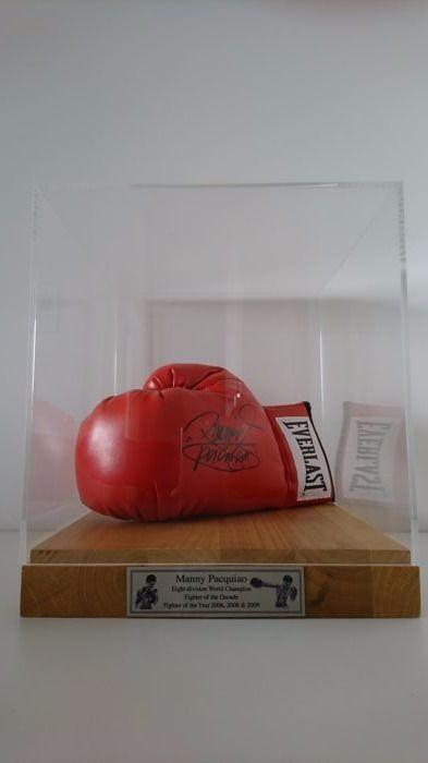 """Manny """"Pacman"""" Pacquiao - gesigneerde Everlast Bokshandschoen met COA JSA in luxe vitrine  Mooie rode Everlast Bokshandschoen gesigneerd door de legendarische bokser Manny 'Pacman' PacquiaoAcht divisie wereldkampioen vechter van het decennium en de vechter van het jaar 2006 2008 & 2009Professioneel ingelijst in een vitrine van de luxe met een stevige houten basis en metalen naamplaatje.Totaal afmetingen zijn 35 x 30 x 30Ondertekend door Manny Pacquiao met een zilveren marker.Met deze kavel…"""