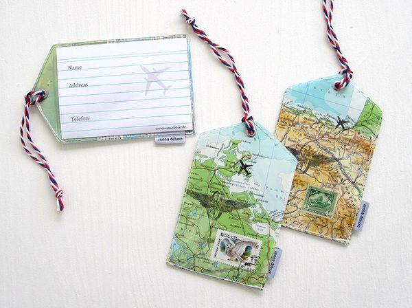 Gepäckanhänger aus alten Landkarten und Briefmarke.