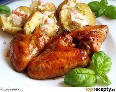 Kuřecí křídla v pivní marinádě, nové brambory s hermelínovo - rajčatovým dipem
