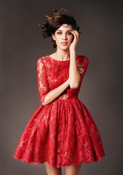 Красное коктейльное платье белые аксессуары