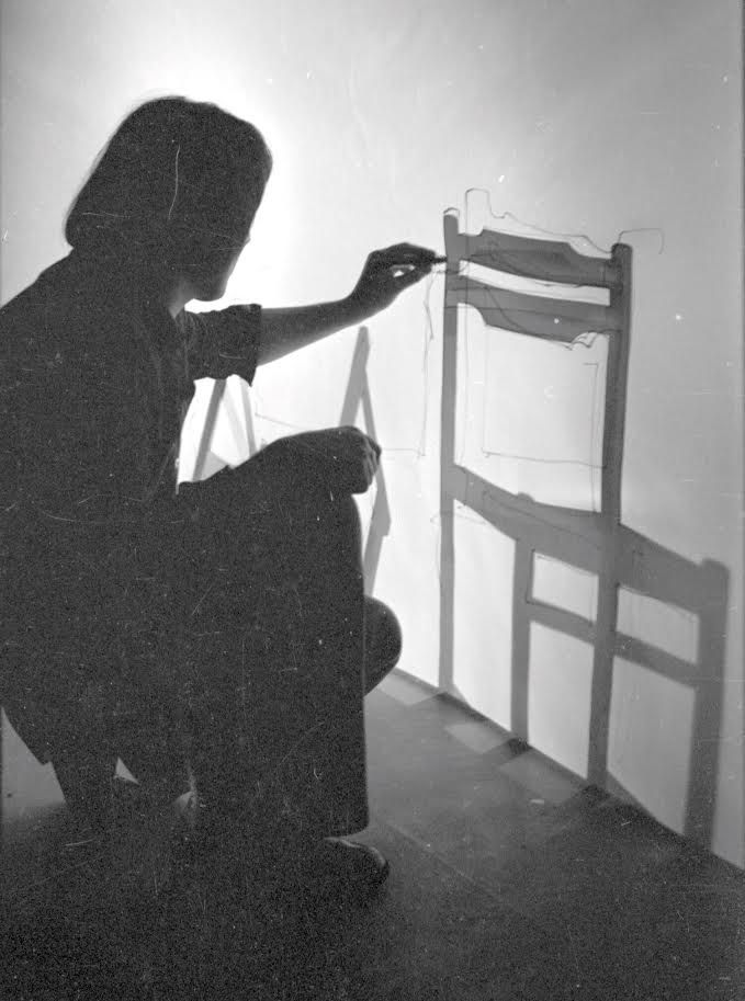Ficzek Ferenc: Hátrahagyott kijáratok Az animáción egy saját árnyékából vadul kitörni akaró táncosnő alakja, pontosabban körvonala látható, ahogyan perdülve-fordulva saját testét szinte organikus, absztrakt mintázatokká rezgeti. Ez a fénybalett, amely fekete-fehérben indul – fényárnyék játékként – és fokozatosan felfedezi a kromatikus világ érzelmi tartalmait