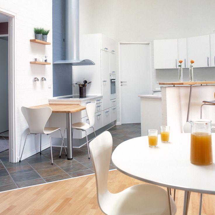 Flere siddepladser i et køkken/alrum med mange muligheder for samvær.