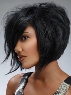 La coloration noire donne beaucoup de caractère à cette jeune femme au teint foncé. Le coiffeur a su garder une couleur naturelle, qui met son teint mat en valeur. À noter que les colorations blondes ne conviennent pas toujours à des peaux foncées : il faut donc se montrer prudentes et consulter son coiffeur avant de choisir cette option. La coupe est jolie, très actuelle. On a affaire à un carré plongeant, dont les cheveux du devant ont été légèrement ébouriffés, ce qui rend le tout moins…