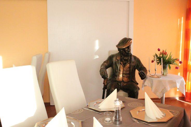 In unserem Restaurantbereich servieren wir Ihnen kalte und warme Speisen von 12:00 Uhr bis14:00 Uhr und von 18:00 Uhr bis 22:00 Uhr. In der Festspielzeit ist das Restaurant auch nach den Aufführungen geöffnet.