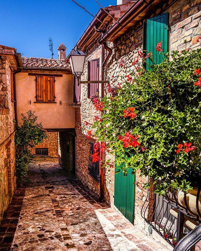 Perché l'Italia è bella in ogni angolo!💚 🌍Verucchio - Italy 🇮🇹 ⋅ ⋅ #rimini #verucchio #italy #vscocam #nikon #igersitalia #italiainunoscatto #ig_italy #gf_italy #instaitalia #italian_places #ig_italia #italian_trips #italy_vacations #top_italia_photo #vivo_italia #loves_madeinitaly  #igworldclub #ig_europe #ig_europa  #topeuropephoto #europe_vacations #cbviews #ig_world_colors  #Main_Vision #worldplaces  #theworldshotz #kings_villages  #travellingthroughtheworld