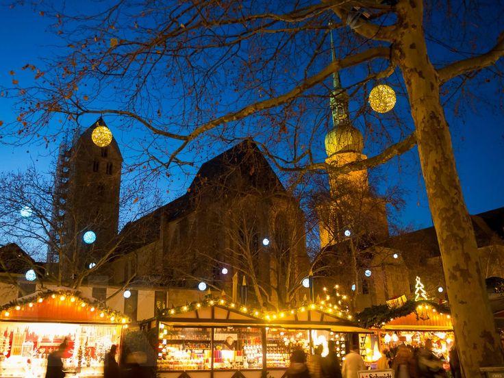 Weihnachtsmarkt - die bunten Lampions in den Bäumen wechseln ständig die Farbe - sehr hübsch  #Dortmund #Weihnachtsmarkt