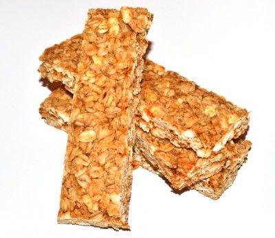 Batoane de cereale - fara aditivi artificiali din cele comerciale acesta sunt o varianta rapida, usor de preparat si chiar mai ieftina. Batoanele sunt suficient de tari ca sa isi pastreze forma in geanta.