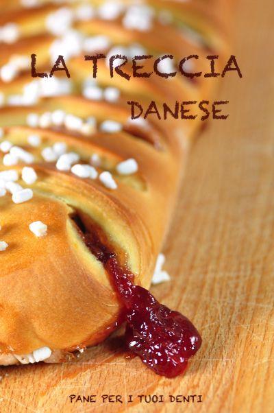 La treccia danese con confettura di fragole e mandorle.