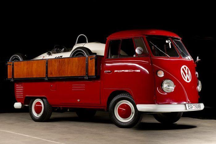 Glamour y clase: transportando un Formula V Porsche a bordo de una Volkswagen Transporter T1 única