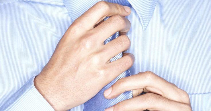 Cómo fabricar una corbata con elástico o corbatín. Las corbatas son una parte fundamental del guardarropas de un hombre. Vuelven cualquier atuendo más elegante, haciéndolo ideal para una entrevista de trabajo, una reunión de negocios o un evento formal. Puede resultar difícil y tedioso anudar las corbatas cada vez que se las utiliza. Por ello, los corbatines (corbatas con elástico) hacen que ...