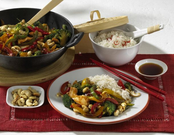 Unser beliebtes Rezept für Hähnchenfilet aus dem Wok mit Paprika, Brokkoli, Sojasoße und Reis und mehr als 55.000 weitere kostenlose Rezepte auf LECKER.de.