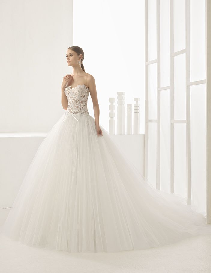 Nieves - Princess-style dress with sheer lace bodice and full tulle skirt, in natural.