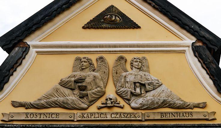Kaplica czaszek - Czermna koło Kudowy. Dwa anioły zdobiące fronton barokowej kaplicy w Czermnej.