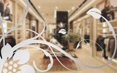 Vetrofania ad intaglio per applicazioni all'esterno del vetro, oppure dall'interno con intaglio speculare.   Possibilità di scegliere tra una gamma di colori. L'adesivo viene consegnato pronto per l'utilizzo, dotato di application tape (una pellicola trasparente esterna, utile per l'applicazione.Ideale per carrozzerie delle macchine, vetrine negozi e uffici, ecc.