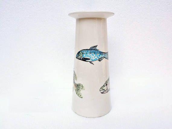 Vaso in ceramica bianca lucida con decorazione di pesci
