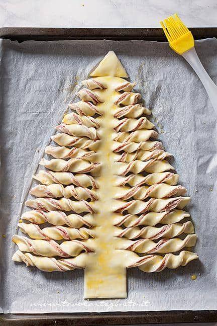 Pennellare l'albero con tuorlo e acqua - Ricetta Albero di Natale di pasta Sfoglia