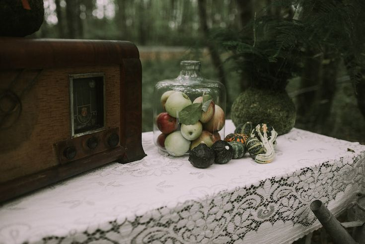 Table Setting Vintage Sewing Machine Apples Glass Jar Mini Pumpkins Lace Tablecloth Organic Woodland Elopement Wedding Ideas hhttp://www.miraalpajarito.es/