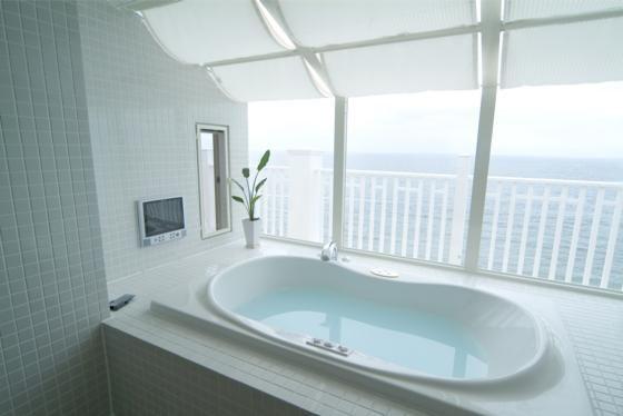 こんなお風呂なら疲れも吹き飛ぶ!大きな窓のある浴室7選|SUVACO(スバコ) 建築家:篠原乃生子「『Akiya House』海沿いの家」