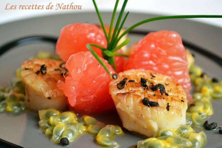Noix de St Jacques poêlées au poivre de Timut, pamplemousse rose et fruit de la passion http://www.recettesdenathou.blogspot.be/2014/01/noix-de-st-jacques-poelees-au-poivre-de.html