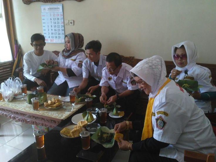 Saat dijamu oleh wakil ketua yayasan Astana Giribangun, dengan jamuan pecel kesturi menu eyang Putri HMP