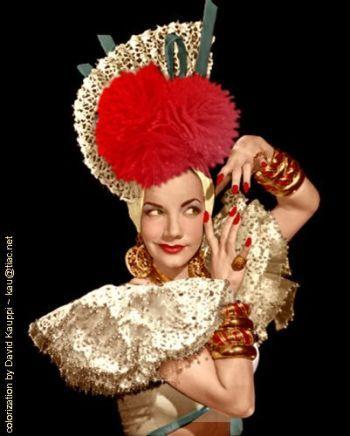 Is Carmen Miranda wearing stacked rope-carved applejuice Bakelite bangles here??