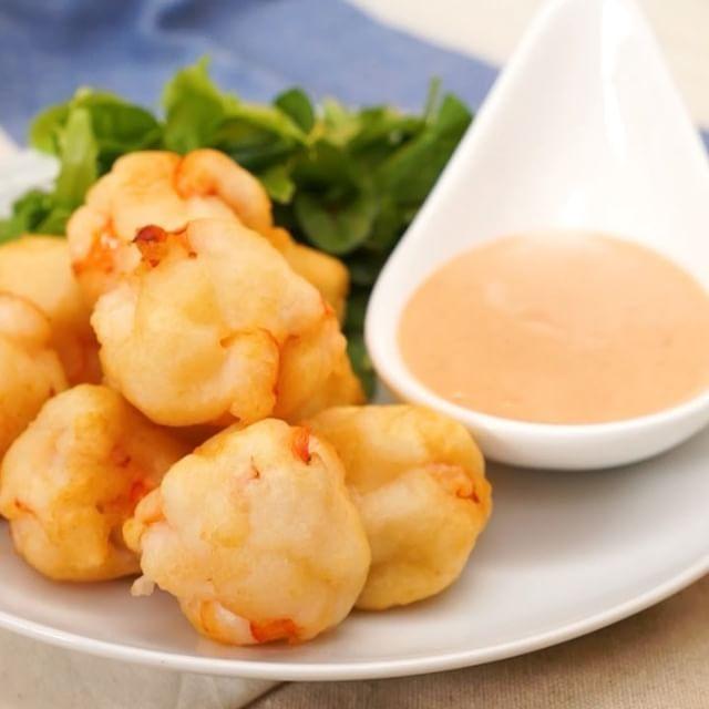 エビを粗く叩いて小さめに丸め、天ぷら粉でミニかき揚げに。コーンや玉ねぎを混ぜても。