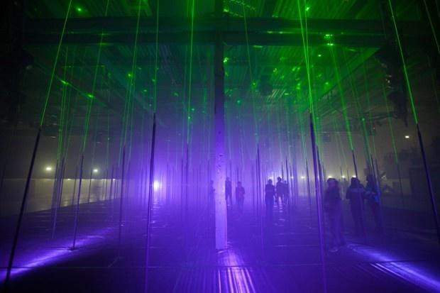 Forest est la dernière installation du studio de création Marshmallow Laser Feast, composée de Memo Akten, Robin McNicholas et Barney Steel. Depuis deux ans, ce studio s'intéresse particulièrement à la réalisation d'expériences interactives à travers la lumière.