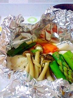 「オーブントースターで簡単 たらのホイル焼き」アルミホイルに包んで焼くだけ。野菜やキノコも冷蔵庫にあるものでいいし、忙しい人にはとっても重宝な料理ですよね。バターポン酢でいただいてもおいしいです。【楽天レシピ】