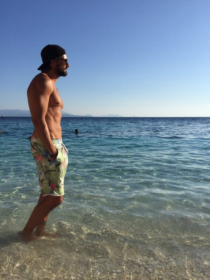 Tom Beck steht im Meer in Griechenland