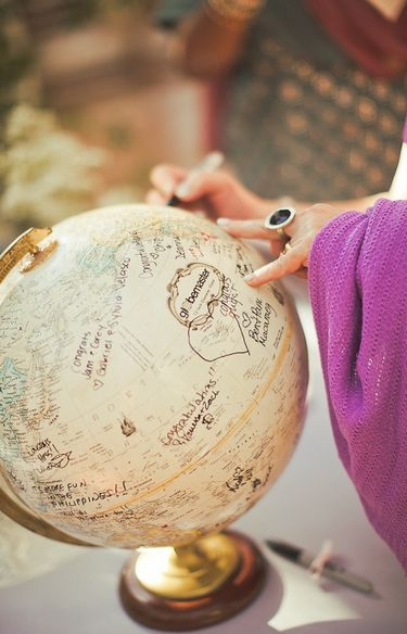 What a great way to have guests sign into your #wedding! Writing good wishes in the sea.... How cute!