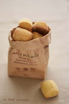 Biscuits dormants • 3 œufs 200g de sucre brun clair • 500 g de farine 1 Type • 1 cuillère à café de levure pour les gâteaux • 100 ml d'huile d'olive extra vierge au citron * 1 cuillere à soupe d'extrait de vanille •