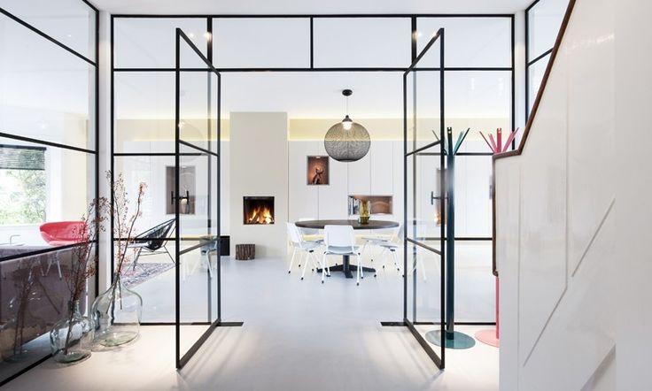 Deze jaren '30 woning is getransformeerd van een donker en hokkerig huis naar een licht en open interieur, waarbij de glazen pui alle aandacht trekt.