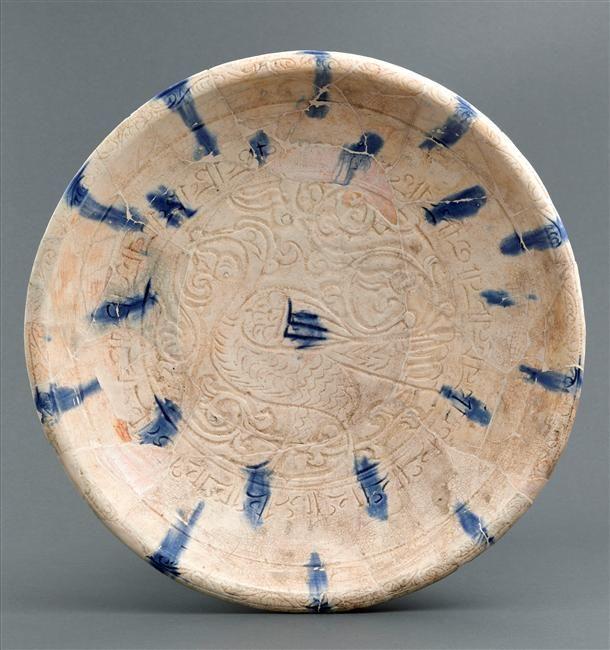 Grand plat  12e siècle  Syrie du nord ou Iran Céramique, décor gravé sous glaçure  Ancienne collection Demotte ; achat, 1911 Département des Arts de l'Islam OA 7245
