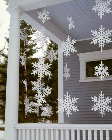 Idea deco: copos de nieve DIY decorando la entrada de casa #ideas #decoracion…