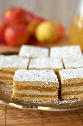 Pyszny, wilgotny jabłecznik. Cieniutkie placki kruche przełożone są jabłkami. Przez pierwszy dzień ciasto jest chrupiące, a w kolejne jabłecznik robi...