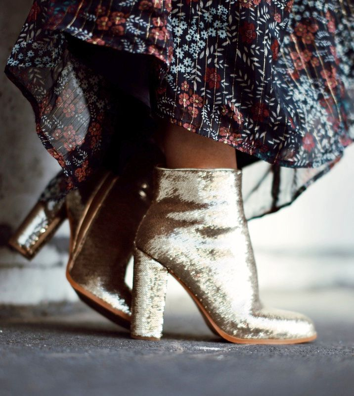 Boots glitter + longue robe automnale = le bon mix (photo Happily Grey)