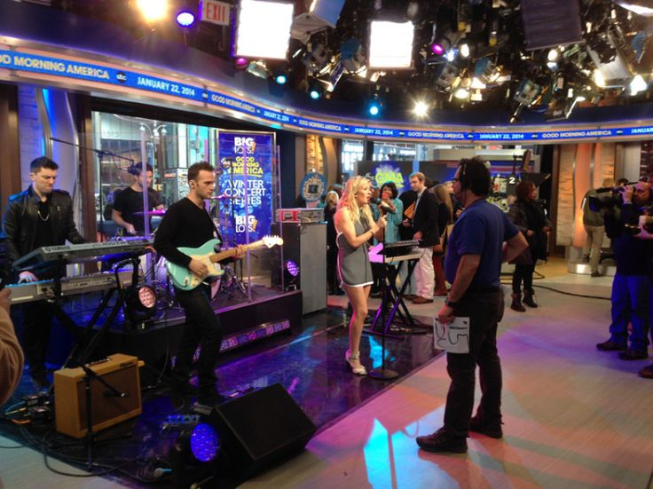 14.Jan. 22, NYC: Ellie Goulding and her band performing on Good Morning America