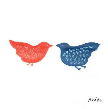 つがいを思わせる赤と青の鳥。 体部分にはお花と葉っぱモチーフが♡ 中村さんのイラストは、自然や動物への愛情が感じられるものばかりです。
