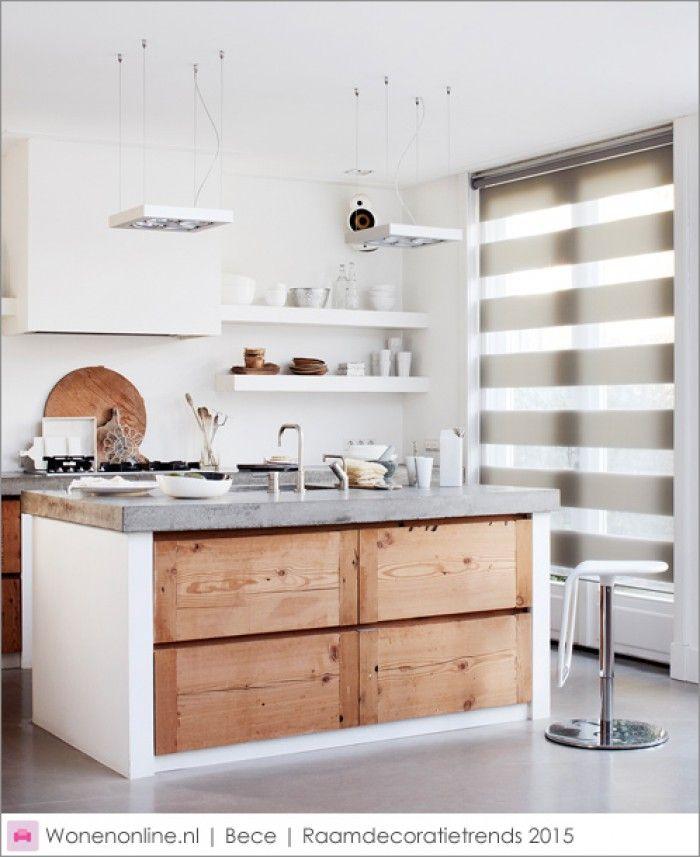 Houten keuken met betonnen aanrecht, afzuigkap in schouw, open witte planken aan weerzijdes van de schouw, gietvloer/vinylvloer.