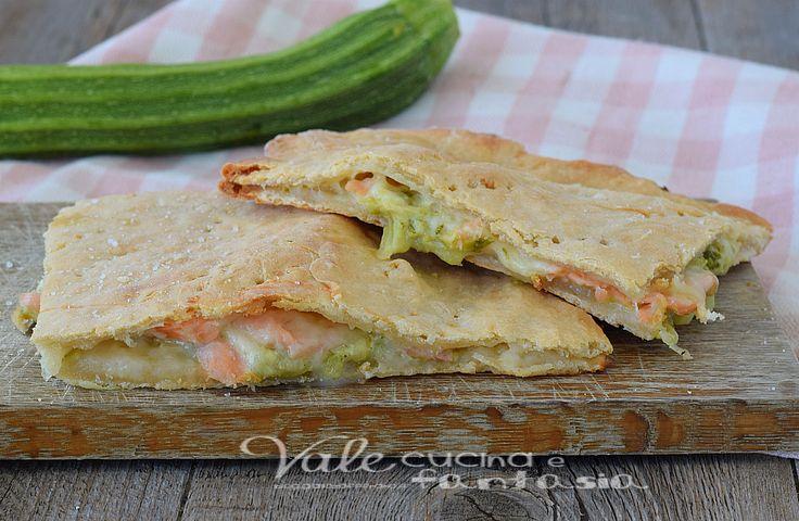 Schiacciata veloce salmone e zucchine, una ricetta facile veloce e gustosa, senza lievito e con un ripieno gustoso e sfizioso