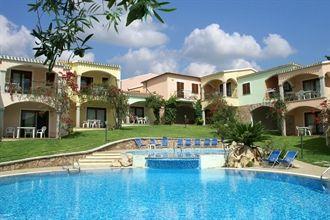 ISA.081 Badesi #Sardinie  Residence Giovanni: * Kleurrijke residence in het noorden van Sardinië * 2,5 km van zee en een privé-strand * Op loopafstand van het dorp Badesi * Twee zwembaden, speeltuin en speelkamer