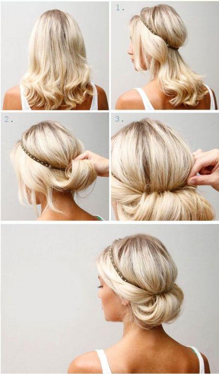 Coloca la banda elástica en la parte superior de la cabeza, coge un poco de pelo de la parte inferior restante e introdúcelo por el interior de la parte de bajo de la banda elástica.  Si lo ves necesario y tu pelo no se fija, puedes utilizar unas pinzas para fijarlo mejor.