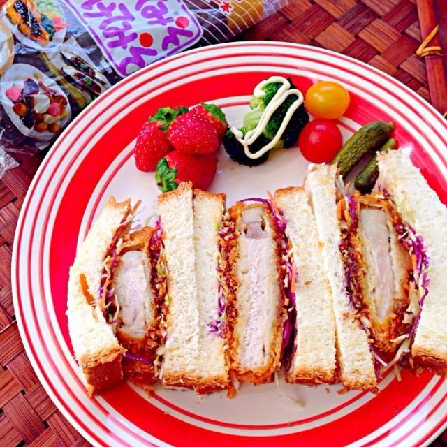 お買い物へ行ったら、揚げたてとんかつ♨️1度いよちゃんの味噌カツサンドも食べたかったので迷わずGet✌️ 昨夜こそx2お野菜サンド食べたらまた、美味しくて つけてみそ、かけてみそも甘目でチビ美味しいx2と頬張ってます❗ いよちゃん✨お味噌もパンもありがとうございますぅ*\(^o^)/*満腹じゃぁ - 61件のもぐもぐ - Miso pork cutlet sandwich❗味噌カツサンド by Ami