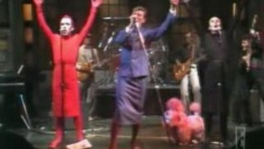 """Bowie et Klaus Nomi :Pour info à propos de Klaus Nomi;à New York il rencontra David Bowie qui aurait assisté à l'une de ses performances étonnantes. Ce dernier lui demanda, ainsi qu'à Joey Arias, de l'accompagner sur la scène du show « Saturday Night Live TV ». Les deux compères firent les chœurs sur les chansons de Bowie: """"The Man Who Sold the World"""", """"TVC15"""" et """"Boys Keep Swinging"""" en 1978.C'est alors pour lui le moment de sa trop brève consécration.David Bowie l'aurait ensuite introduit…"""