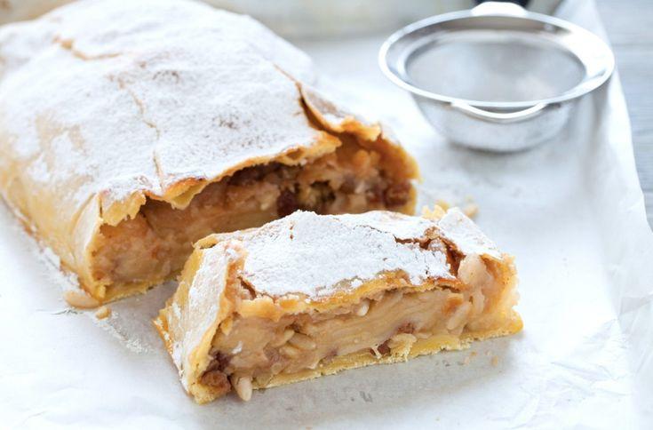 Lo strudel di mele è un tipico dolce sudtitolese molto goloso. L'involucro di pasta sottile è ripieno di mele, uvetta, pinoli e aromatizzato alla cannella.