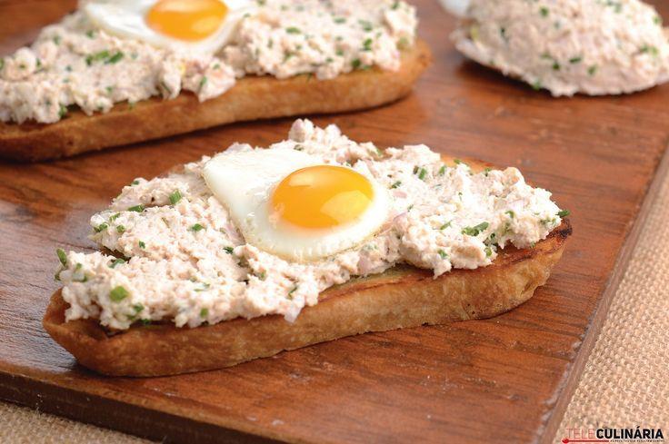 Tostas de alho com patê de frango e ovos de codorniz