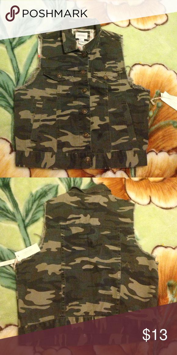 Forever 21 Army fatigue vest Forever 21 Army fatigue vest Forever 21 Jackets & Coats Vests